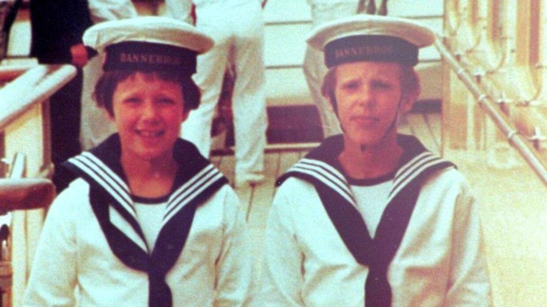 Kronprins Frederik og prins Joachim fotograferet i matrostøj i 1978.