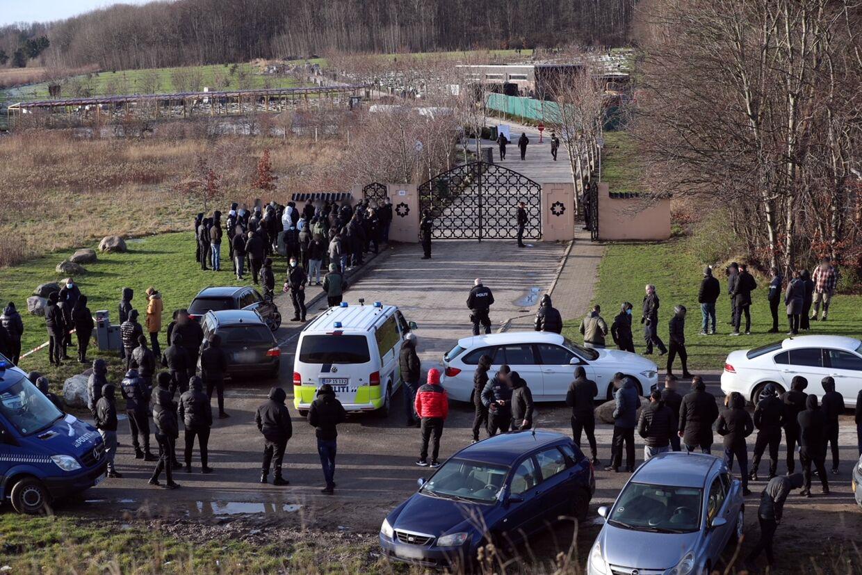 B.T.'s medarbejder holdt sig et stykke fra begravelsen, da få af de deltagende råbte skældsord og bad journalister og fotografer holde sig væk.