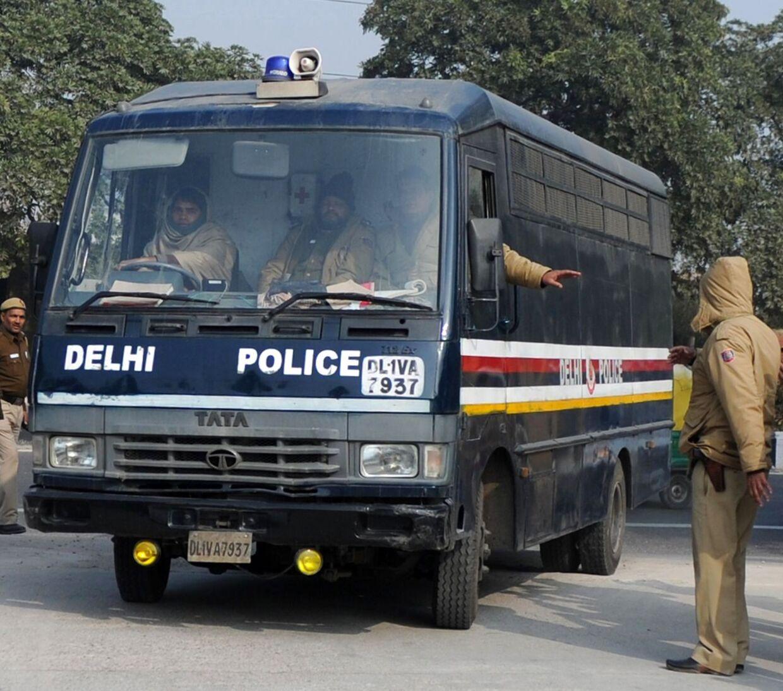 Ingen tør forsvare de fem mænd, der er anklaget for drab og gruppevoldtægt mod den 23-årige Jyoti Singh Pandey. Her ankommer de til retten i New Delhi.