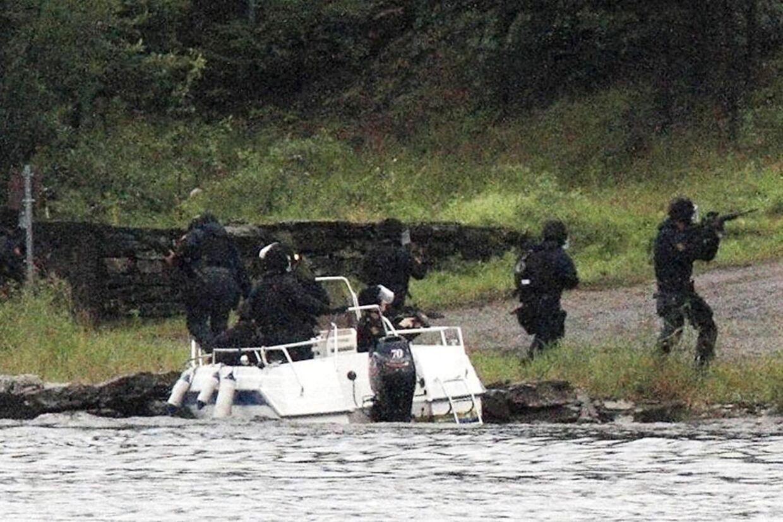 Politiet ankommer til Utøya i en af de to andre både, de måtte tilkalde, da den første fik motorstop. I over 40 minutter havde to bevæbnede betjente stået på stranden 400 meter væk uden at gribe ind.