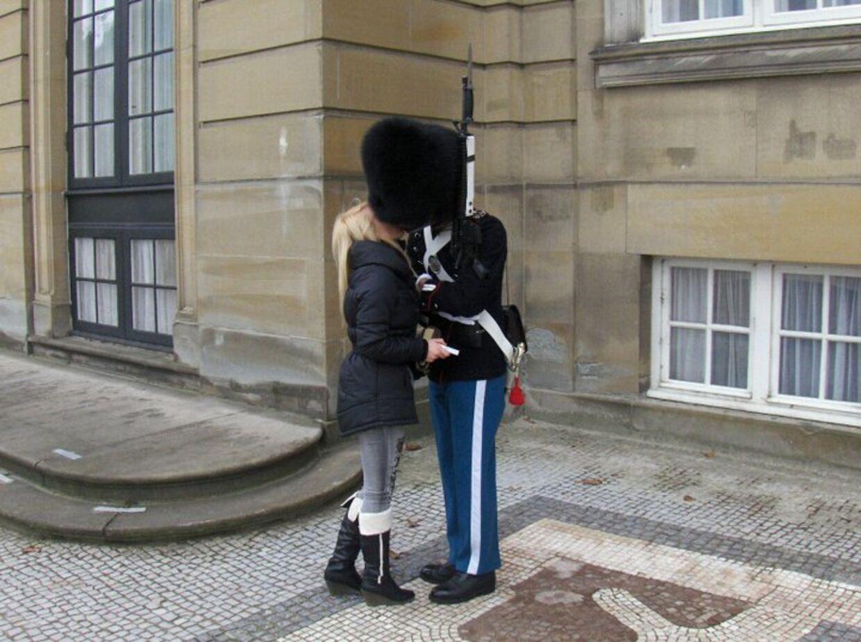 En garder på vagt risikerer en tur i kachotten, da han på en vagt sniger sig tilet kys fra kæresten.