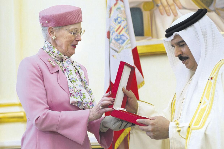 Bahrains konge, Sheikh Hamad bin Isa al-Khalifa, modtager her Storkorset af dronning Margrethe under regentparrets besøg i golfstaten i sidste uge.