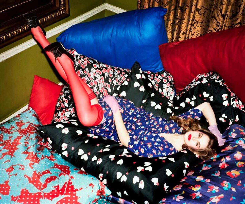 Det er modellerne Tara Lynn og Robyn Lawley, der smyger sig i Swan kampagnen. Foto: Producenten