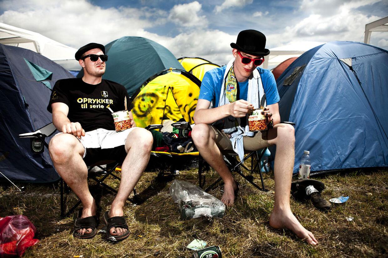Kristian Larsen, 21, fra Viborg (tv) og Mark Jakobsen, 20 år, fra Ørum (th) har valgt at proviantere hjemmefra. Hjemmefra har de købt omkring 30 dåser for samlet 200 kr og regner med at kunne overleve hele festivalen på det.