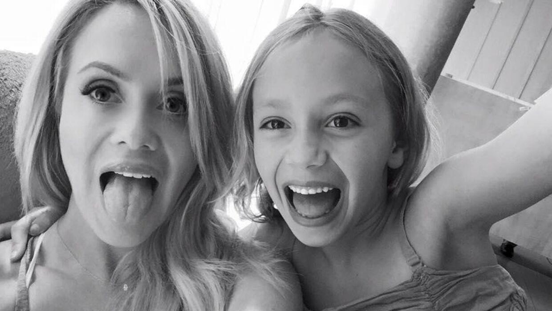 Katie May sammen med datteren Mia.