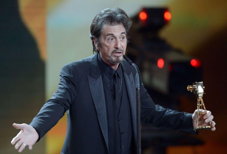 Det kan godt være, at han er blevet droppet af en model, men i det mindste kan Al Pacino trøste sig med prisen for 'Lifetime achievement international', som han netop har modtaget på Berlins filmfestival.