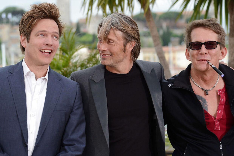 Mads Mikkelsen i Cannes sammen med Thomas Vinterberg og Thomas Bo Larsen, da 'Jagten' blev præsenteret d. 20. maj 2012.Mads Mikkelsen kan ikke komme til den danske premiere på 'Jagten', fordi han har travlt med optagelser til sin næste store internationale rolle som massemorderen 'Hannibal', i den amerikanske tv-serie af samme navn.
