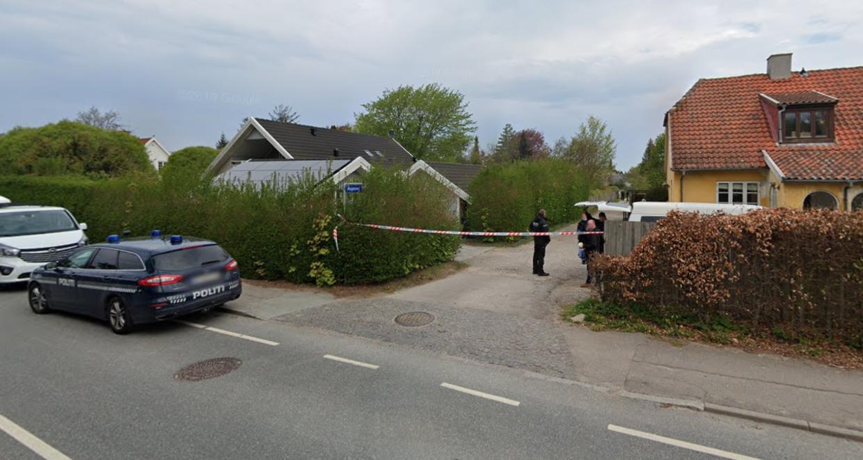 Hele området omkring gerningsstedet på Aspevej i Tisvildeleje blev afspærret og afsøgt grundigt for tekniske spor efter det dødelige overfald på den 58-årige læge Charlotte Asperud 30. april 2019.