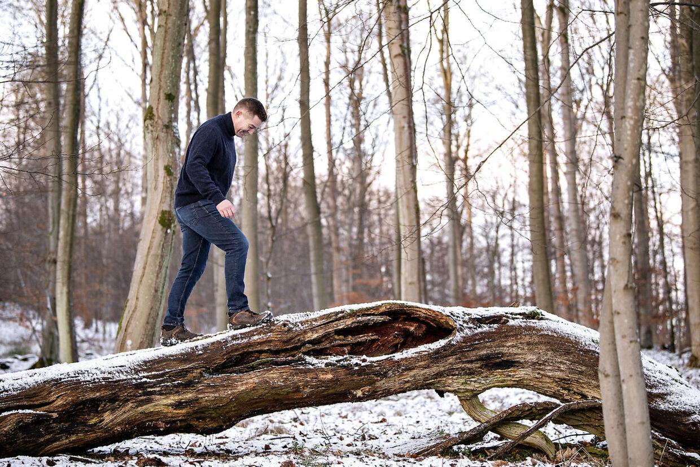Som vært på 'Fællessang – hver for sig' får Johannes Langkilde mulighed for at stå på begge sine ben. Det musikalske og det journalistiske.