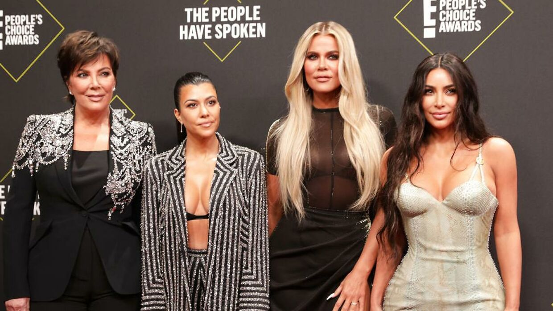 Kim Kardashian med sin mor, Kris Jenner (yderst tv), samt sine to helsøstre Kourtney Kardashian (anden fra venstre) og Khloe Kardashian (anden fra højre).
