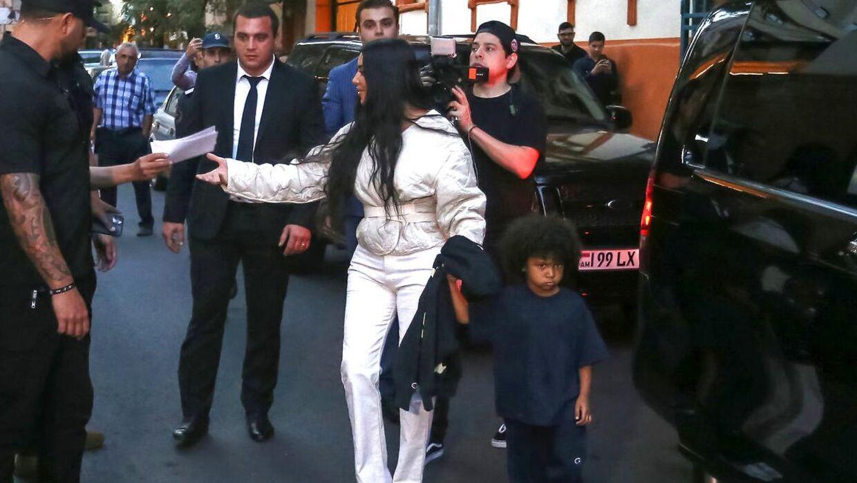 Kim Kardashian med parrets andet barn, sønnen Saint.