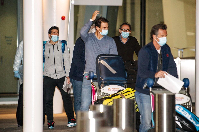 Rafael Nadal ankommer til lufthavnen i Adelaide inden Australian Open. Han er ikke nævnt som en af dem, der var med et fly med coronasmittede.