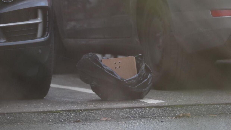 Her ses plastikposen mellem to biler på parkeringsplads. Foto: Presse-foto.dk