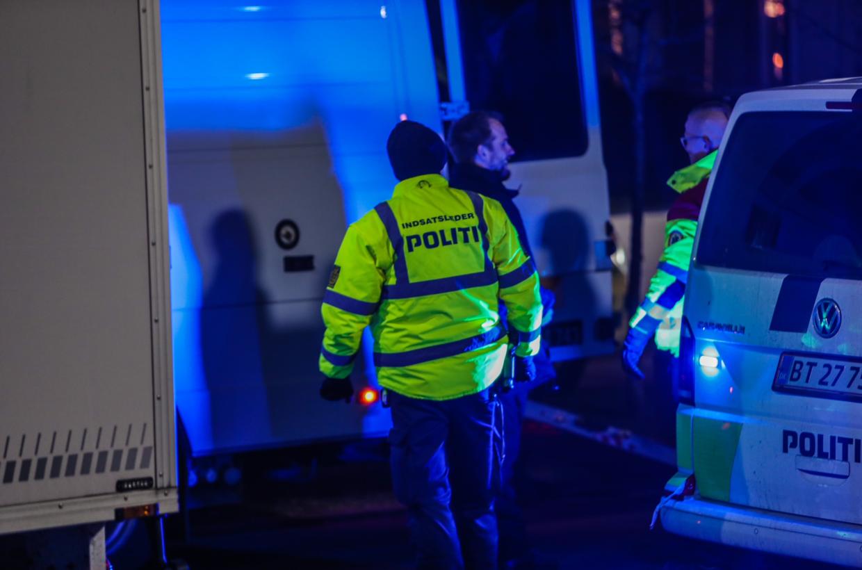 Et stort antal betjente, brandfolk og sprængningseksperter fra Forsvaret var hele lørdagen i gang med at tjekke om, der var en bilbombe på Gyngemose Parkvej i Gladsaxe. Foto: Presse-foto.dk