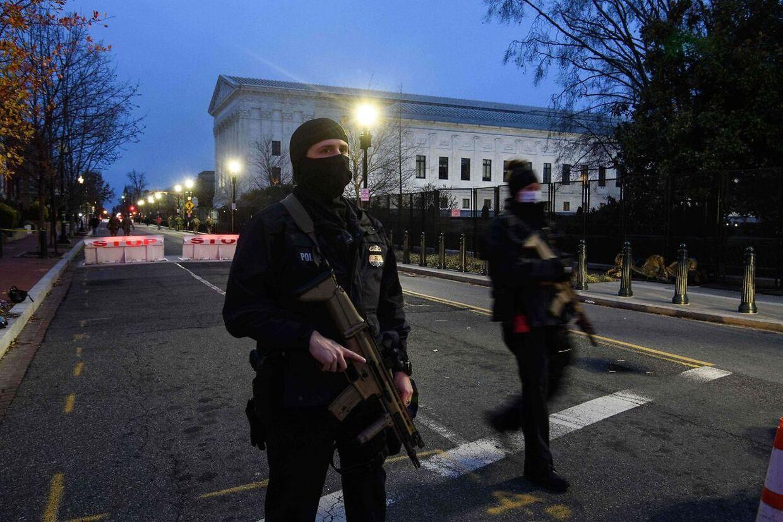 Der er svært bevæbnet politi på gaden i Washington D.C. forud for indsættelsen af USAs nye præsident, Joe Biden. (Photo by NICHOLAS KAMM / AFP)