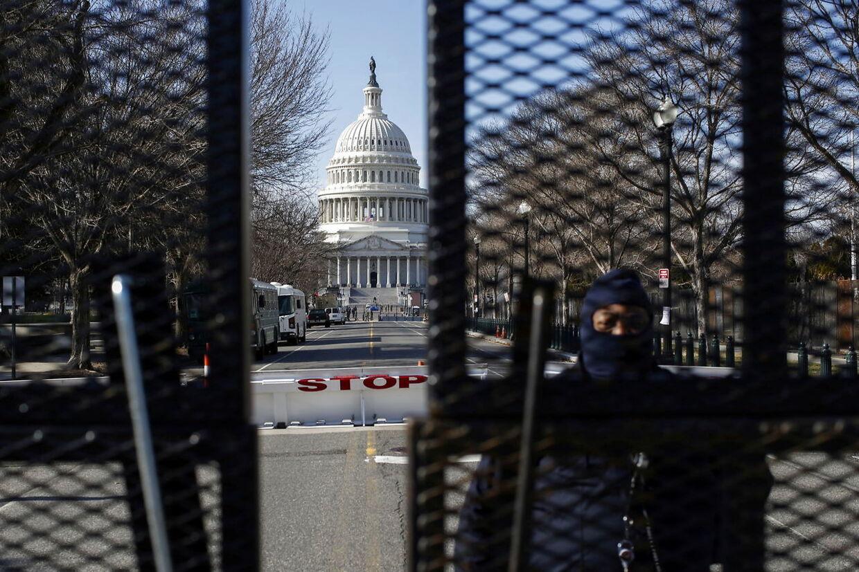Indgangen til både Kongressen og Det Hvide Hus er lukket med betonklodser, hegn og vagter forud for onsdagens indsættelse.