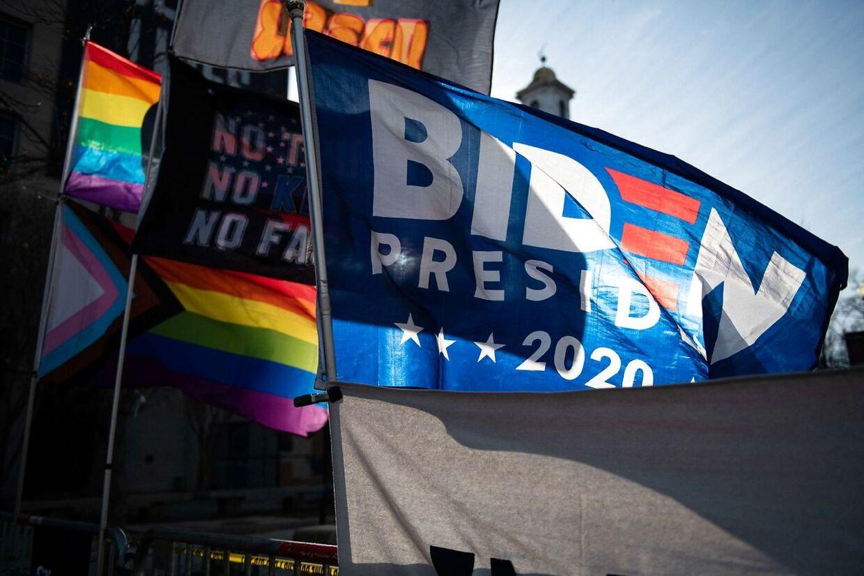 Nogen har hængt støtteflag op i centrum af Washington.
