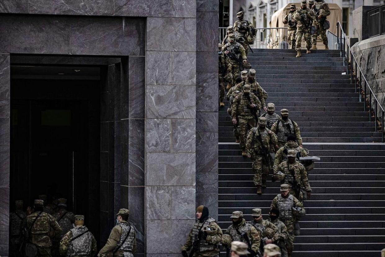 Nationalgarden er her i gang med et vagtskifte ved Kongressen. Flere tusind står vagt døgnet rundt.
