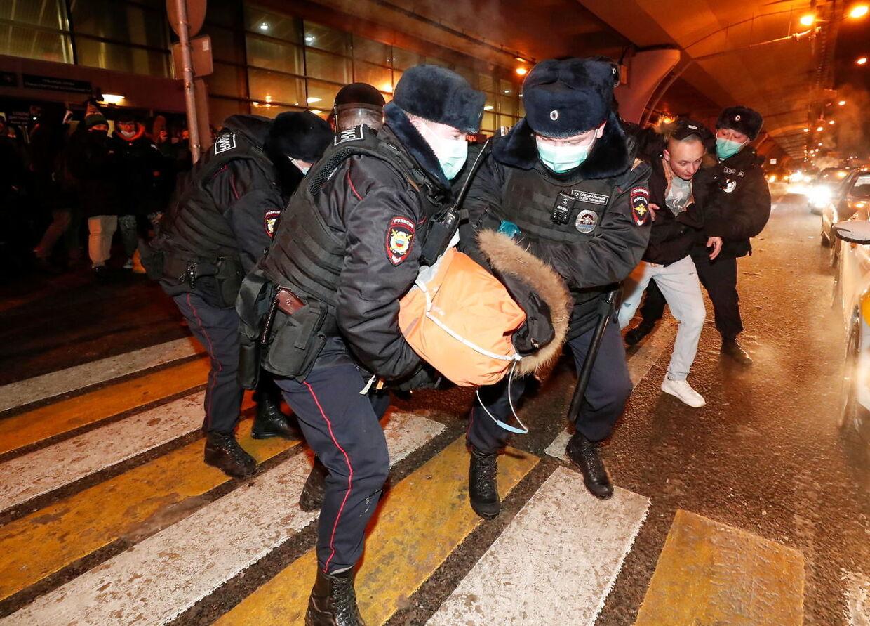 Navalnyj-støtter anholdes i lufthavnen kort før hans ankomst til Moskva.