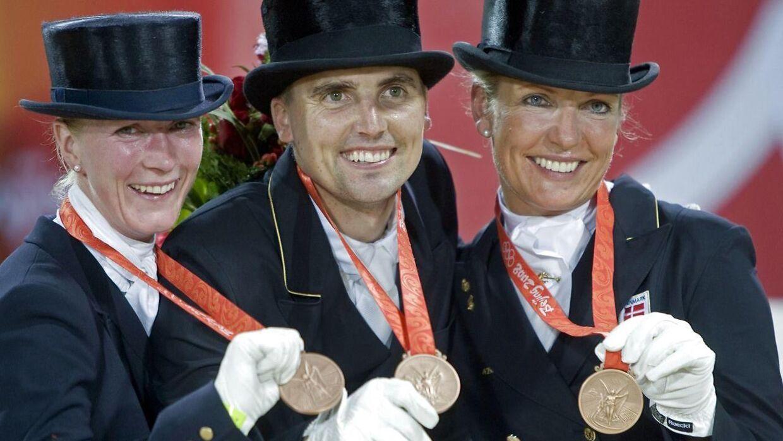 Andreas Helgstrand (i midten), Nathalie Zu Sayn-Wittgenstein (tv.) og Anne van Olst, da de i 2008 vandt OL-bronze for hold.