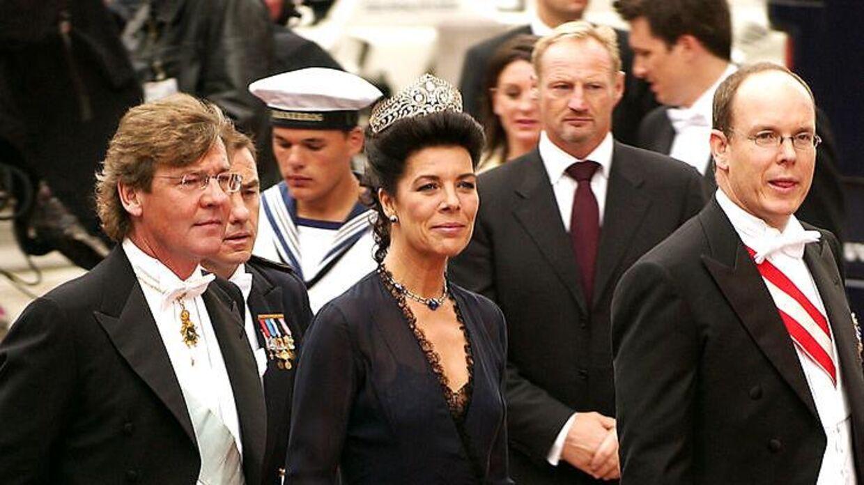 Prinsesse Caroline af Monaco ses her med prins Ernst August af Hannover (tv.) samt med sin bror, fyrst Albert, da de ankom til kronprins Frederik og Mary Donaldsons bryllup i Vor Frue Kirke i 2004.