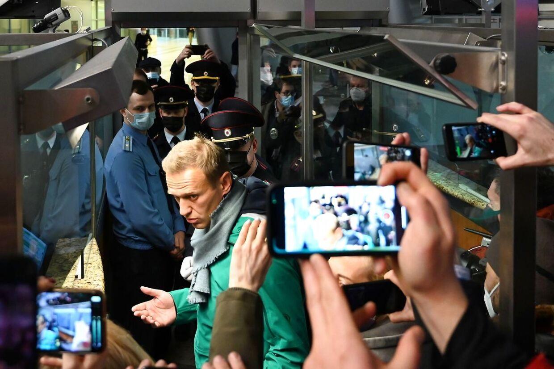 De russiske myndigheder stod klar til at smide Aleksej Navalny bag tremmer i samme øjeblik, han skulle gennem paskontrollen i lufthavnen i Moskva. Forinden var hans fly blevet omdirigeret til en anden lufthavn end den, hvor han tilhængere ventede på at modtage ham.