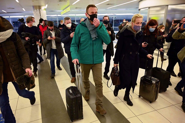 Med sin kone Yulia ved sin side ankom Aleksej Navalnyj i Moska efter at have været behandlet fem måneder i Tyskland efter nervegiftangrebet.