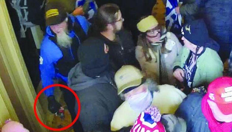 Dette billede, der angiveligt er af Jon Schaffer med en bjørnespray i hånden, blev offentliggjort af Justitsministeriet i USA i kølvandet på urolighederne.