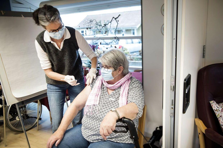 (ARKIV) Covid-vaccination af beboere og ansatte på en række plejehjem i Svendborg Kommune søndag den 3. januar 2021. Det går hurtigere end først antaget med at vaccinere alle plejehjemsbeboere mod covid-19 første gang. Tirsdag åbner vaccinationscentre for næste gruppe. Det skriver Ritzau, tirsdag den 5. januar 2021.. (Foto: Tim Kildeborg Jensen/Ritzau Scanpix)