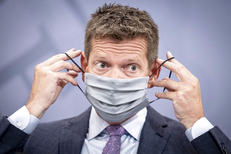 (ARKIV) Selv om flere og flere bliver vaccinerede, skal vi huske mundbindene, håndspritten og afstanden. (Foto: Mads Claus Rasmussen/Ritzau Scanpix)