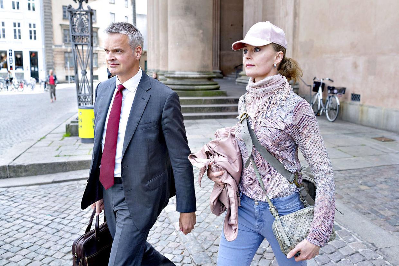 Dorte Riis forlader Københavns Byret med sin forhenværende advokat ved et tidligere retsmøde