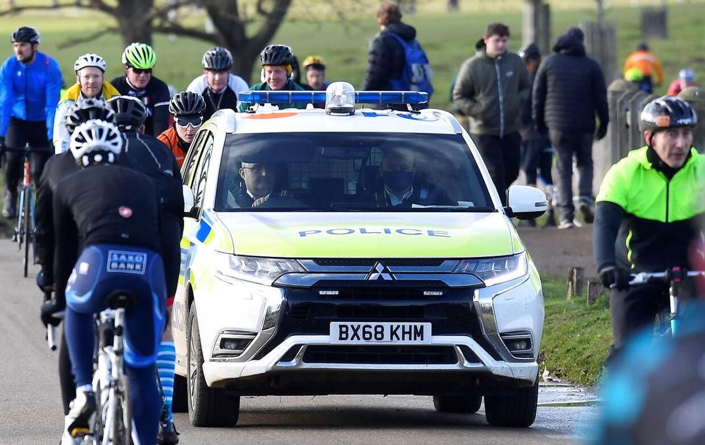 Politiet patruljerer i en bil i London.