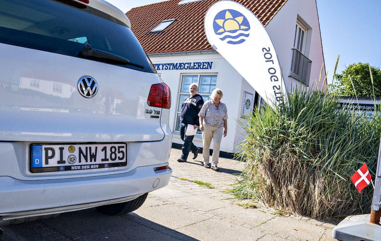 Tyske turister ankommer efter grænseåbningen til Sol og Strands sommerhusudlejning i Løkken, 15. juni 2020. Sol og Strand krydser fingre for, at der åbnes for udenlandske turister igen i år.