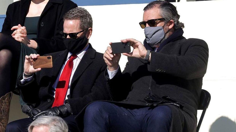 Senator Ted Cruz (th.) har mobilen fremme for at forevige øjeblikket under Joe Bidens indsættelsesceremoni.