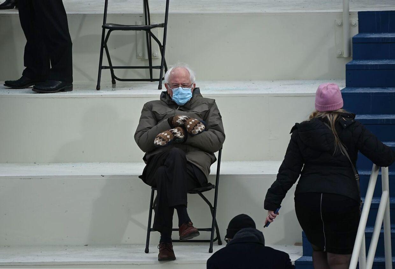 Bernie Sanders sidder med vanterne på under indsættelsesceremonien.