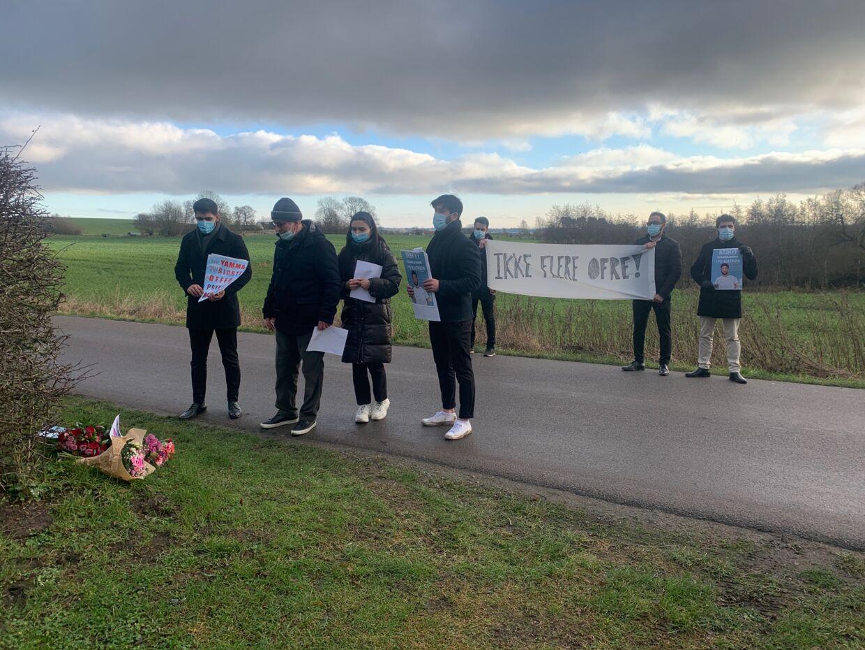 Lidt over en uge efter drabet på Yamma Ahamadzai arrangerede familien en demonstration foran bostedet Ørbækskilde, hvor han blev dræbt. Her ses Yammas far og tre yngre søskende tage en sidste afsked.