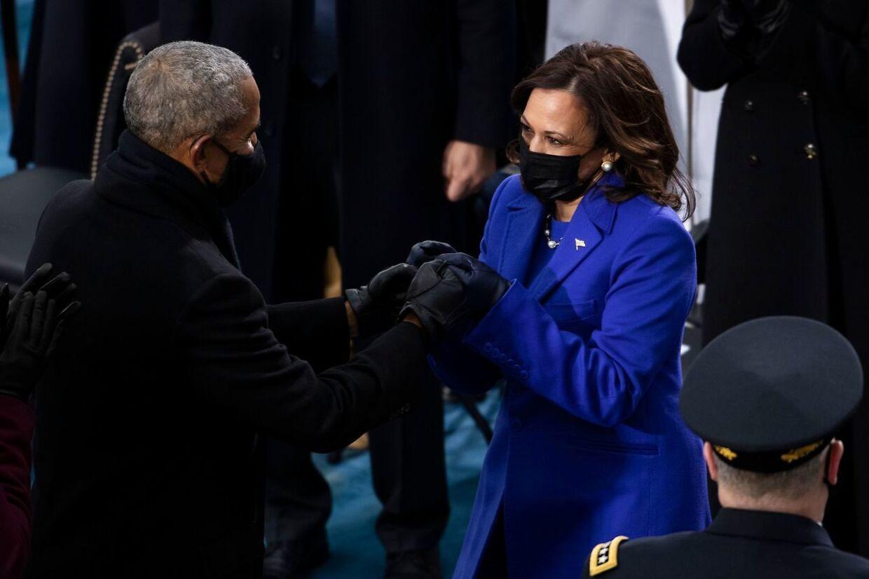 Ild i øjnene. Kamala Harrs hilser på Barack Obama under indsættelsen.