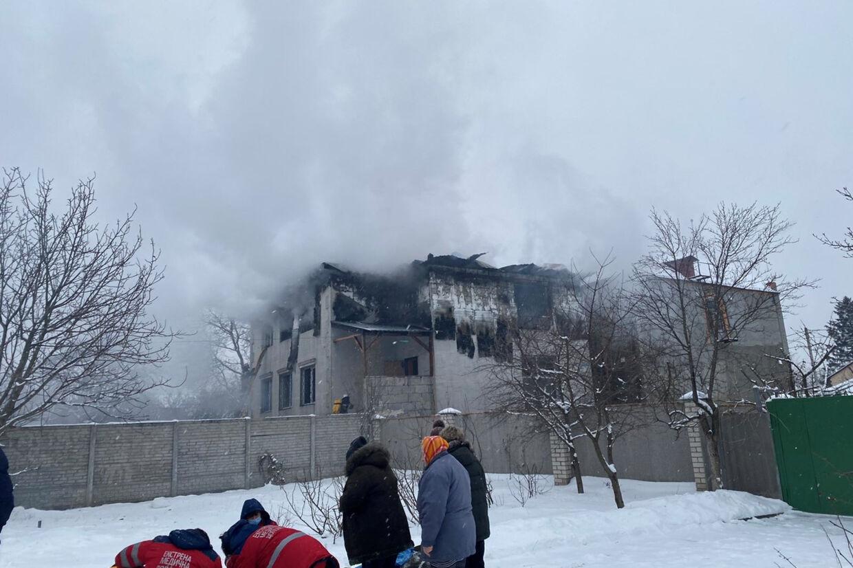Branden brød ud på første sal af bygningen på to etager. I alt 33 personer var i bygningen, da det skete. State Emergency Service Of Ukraine/Reuters