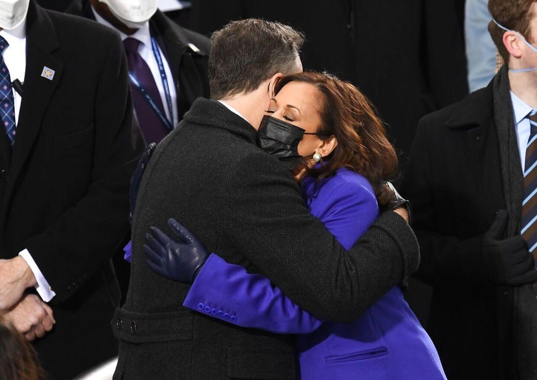 Kamala Harris får et kram af sin mand efter edsaflæggelsen.