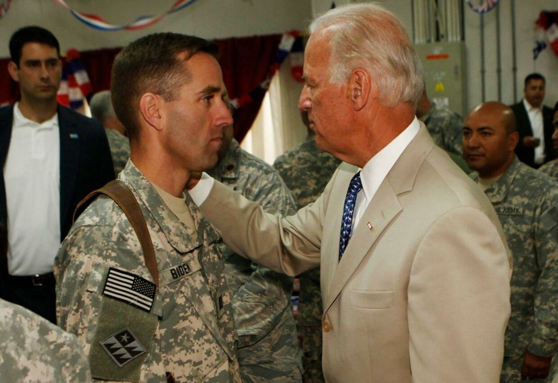 Arkivfoto af Joe Biden sammen med sønnen Beau Biden.