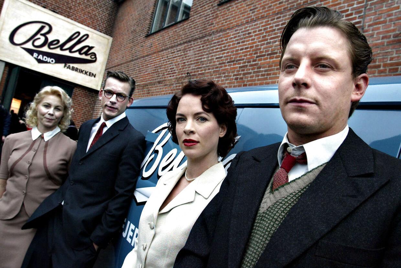 Anne Louise Hassing (yderst til venstre) har tidligere spillet med i DR-serien 'Krøniken'.