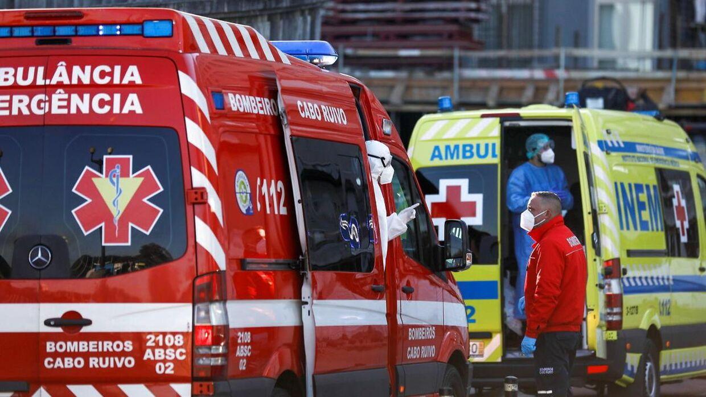 Ambulancer holder i kø fredag foran et hospital i Lisabon i Portugal.