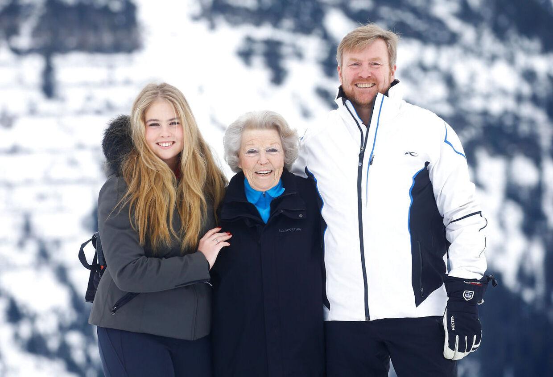 Den hollandske kong Willem-Alexander med hans mor prinsesse Beatrix og den 17-årige Amalia. Foto REUTERS/Arnd Wiegmann