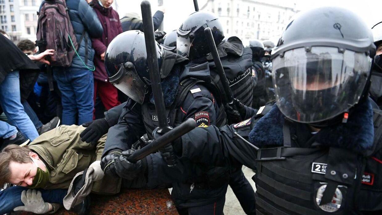 Demonstranter i sammenstød med kampklædte betjente i Moskva.