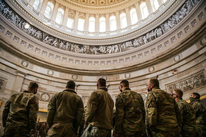 Medlemmer af Nationalgarden under en rundvisning i den amerikanske kongresbygning.