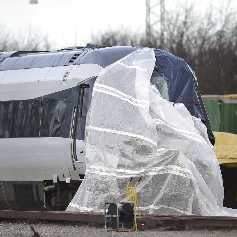 Toget fra ulykken i januar 2019 holder afdækket i Nyborg.