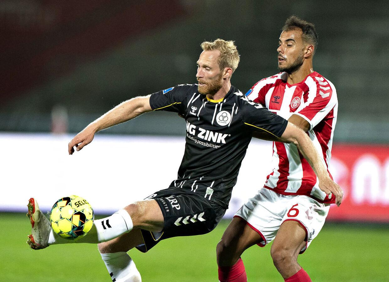 AC Horsens' Jonas Thorsen mod AaB's Pedro Ferreira i Superliga-kampen mellem AaB og AC Horsens på Aalborg Portland Park mandag 21. september 2020.