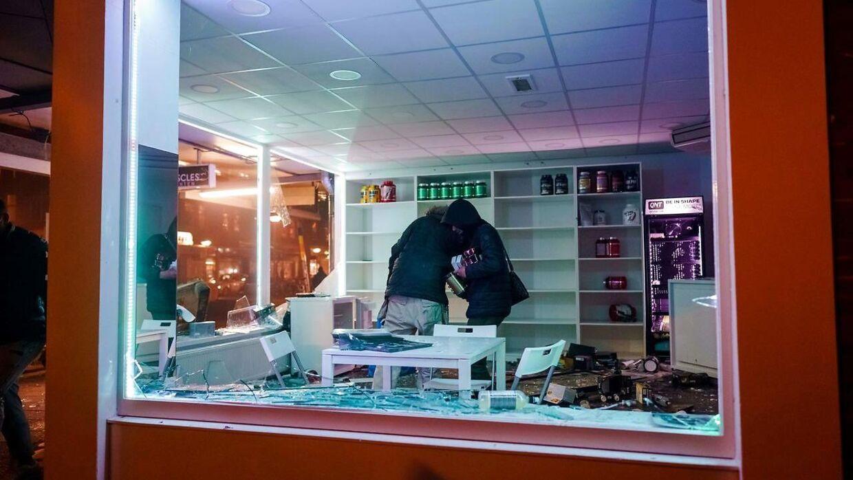 I Rotterdam plyndrede flere demonstranter byens butikker.