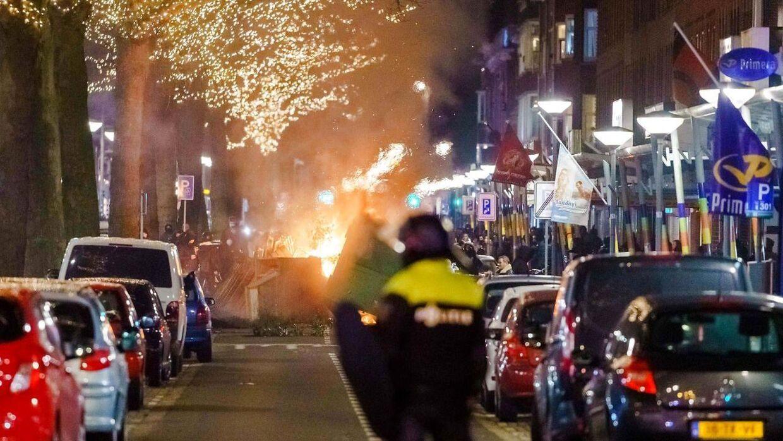 Demonstranterne i Rotterdam satte ild til biler og containere.