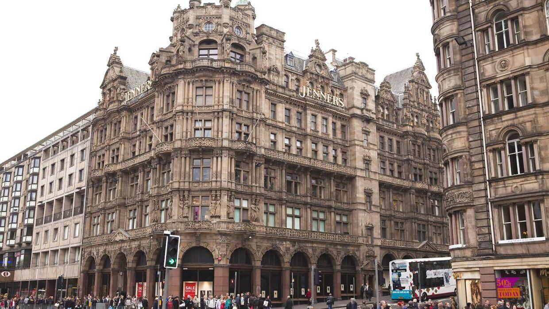 Anders Holch Povlsens bygning Edinburgh, som i et par måneder endnu rummer et stormagasin.
